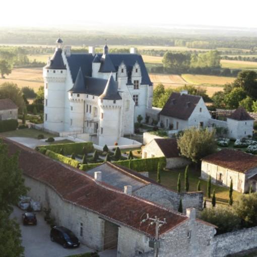 le château sur son promontoire et sa campagne poitevin environnante