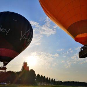 décollage de deux montgolfières sur la Loire pour une sortie entreprise