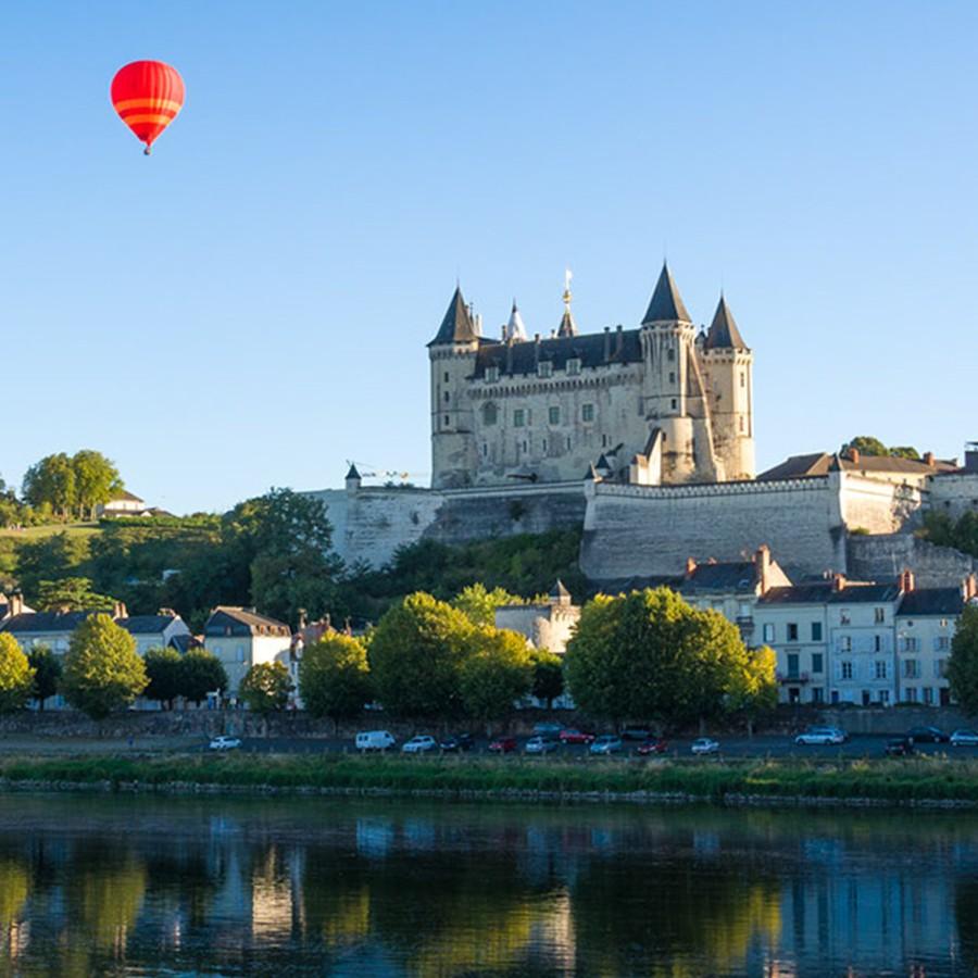 Ballon de montgolfière au-dessus du château de Saumur