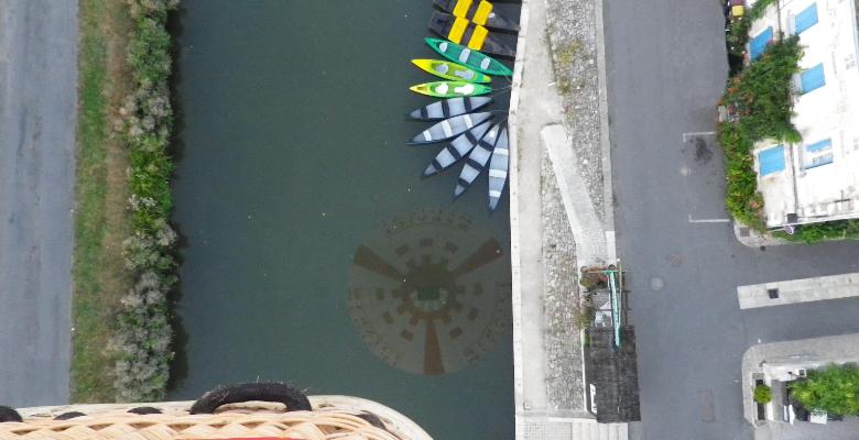 reflet d'une montgolfière sur les barques colorées du marais poitevin
