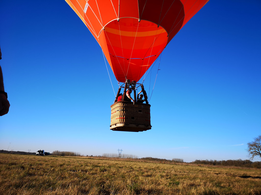 Nacelle de montgolfière au décollage.