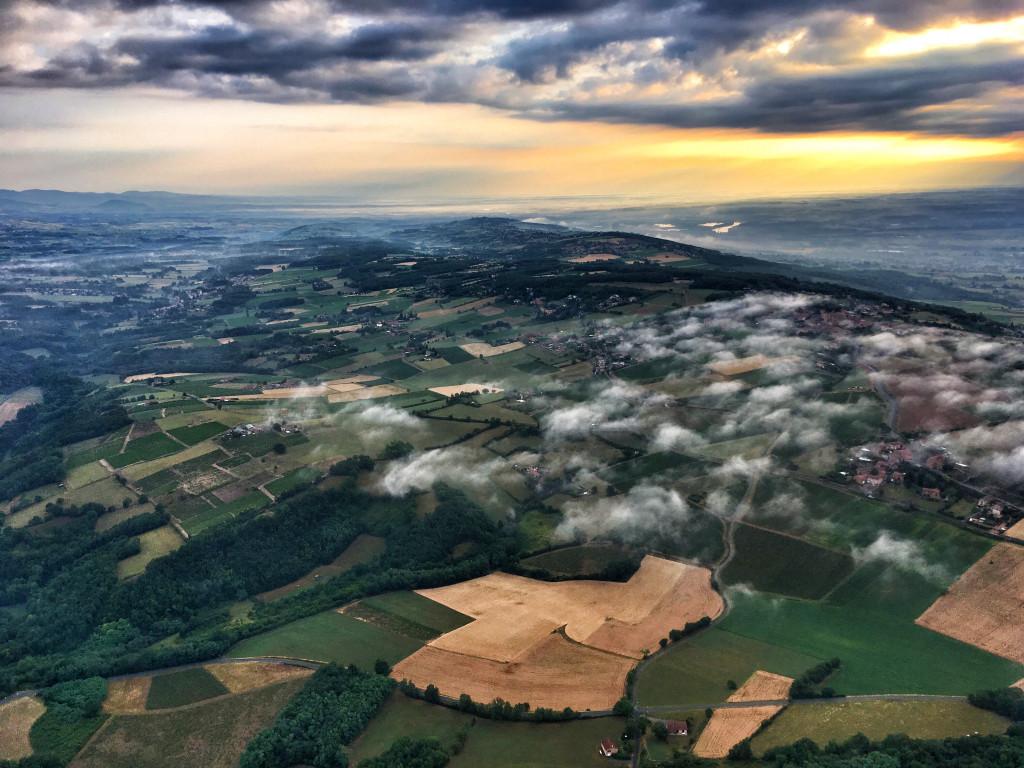 Vue à haute altitude depuis la nacelle d'une montgolfière.