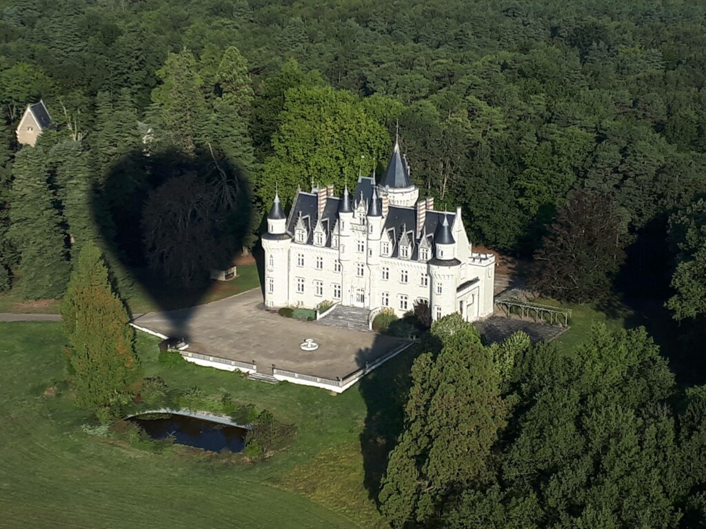 Survol du chateau de Savigny.